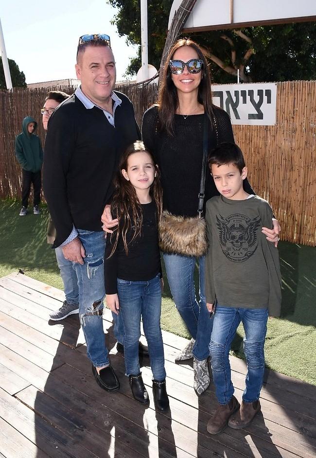 משפחה בג'ינס. רוית אסף והמשפחה (צילום: רן בירן)