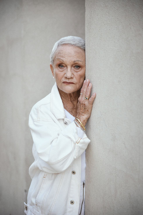 """""""עד שפגשתי את שושיק לא חשבתי שהבגדים שלי בהכרח מתאימים לנשים בעשור התשיעי לחייהן, אבל היא פתחה לי את הראש"""", אומרת מישה גת (צילום: מאיר כהן)"""