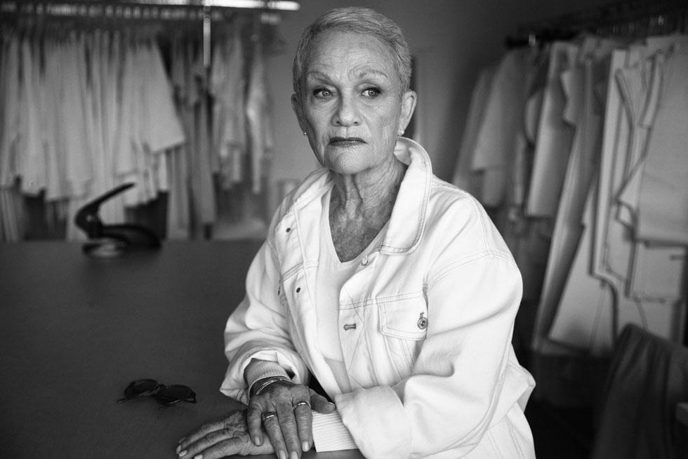 """""""אני שמחה להראות שגם אישה בוגרת בגיל 82 יכולה להתלבש בבגדים לכל גיל, ולא להתלבש כמו יאכנע"""". שושיק שני בצילומי הקולקציה של מישה גת (צילום: מאיר כהן)"""