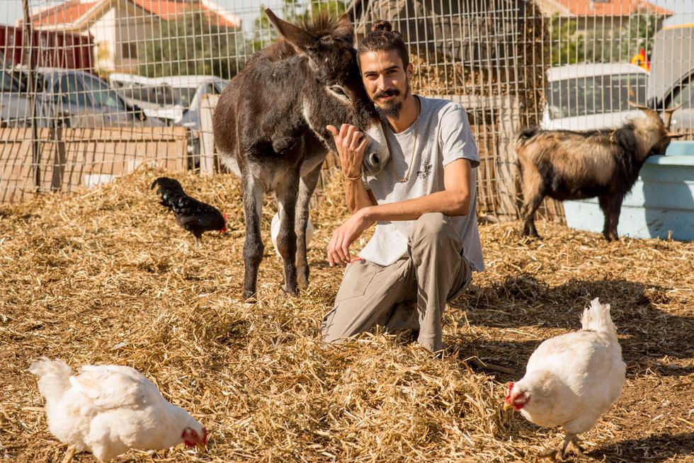 """בוזנאה בחווה. """"המדינה לא לוקחת אחריות על חיות משק, על בעלי כנף, על כלבים וחתולים – בעלי חיים שמומתים בהיקפים של 120 אלף בשנה"""" (צילום: יובל חן)"""