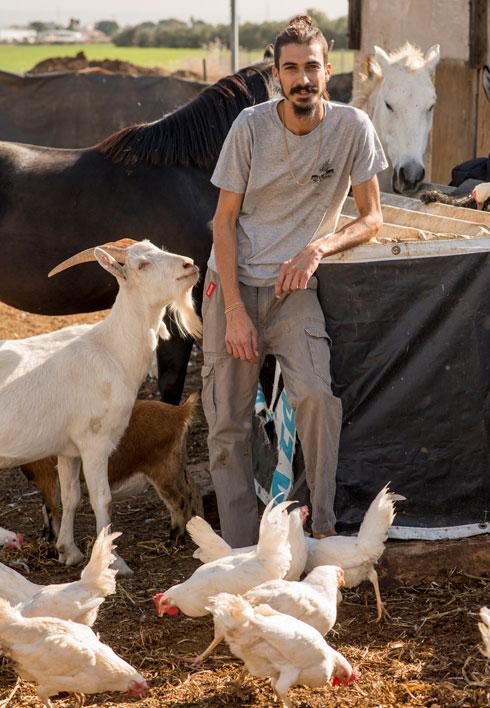 """בוזנאה בחווה. """"רכיבה על סוס היא ניצול לכל דבר"""" (צילום: יובל חן)"""