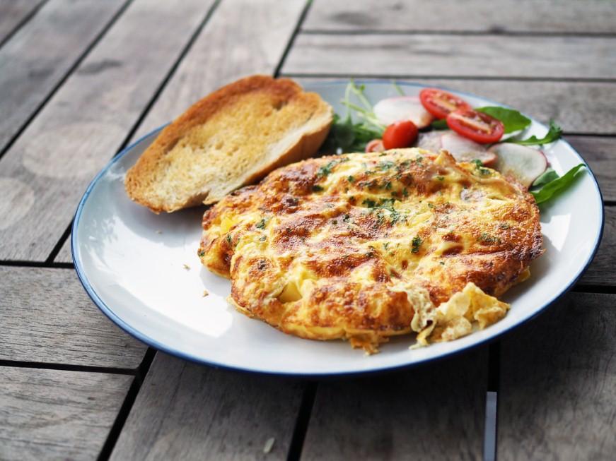 פריטטה תפוחי אדמה ובצלים מוזהבים עם קוביות גבינה (צילום: shutterstock) (צילום: shutterstock)