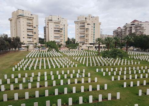 הנוף שנשקף לפתע לעיני המבקרים: הקברים הסימטריים ומעליהם מבני מגורים (צילום: אורן אלדר)