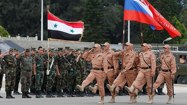לוחמים רוסים בבסיס שהופגז (צילום: EPA) (צילום: EPA)