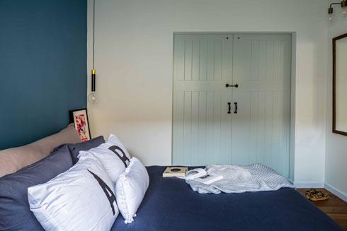 מבט אל דלת ההזזה הרחבה בחדר השינה כאשר היא סגורה (צילום: יואב פלד)