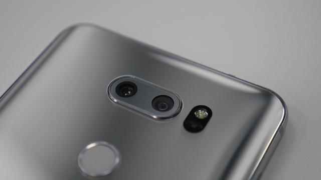 הדגם הקודם, V30 מצויד בצמד מצלמות מאחור (צילום: גיא לוי) (צילום: גיא לוי)