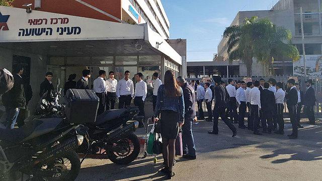 מתאספים מחוץ לבית החולים ()