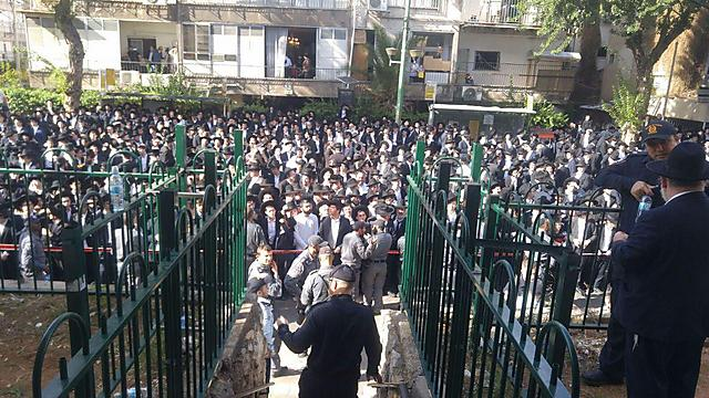 שעה לפני ההלוויה - וההמונים כבר מתכנסים מחוץ לבית הרב ()