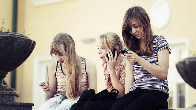 זמן ממושך מול הסמארטפון. התמכרות התנהגותית (צילום: Shutterstock) (צילום: Shutterstock)