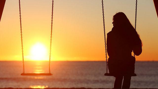 כשהוא לא עונה לי אני מניחה שחיי מעניינים אותו כמו סייל בזארה (צילום: Shutterstock) (צילום: Shutterstock)