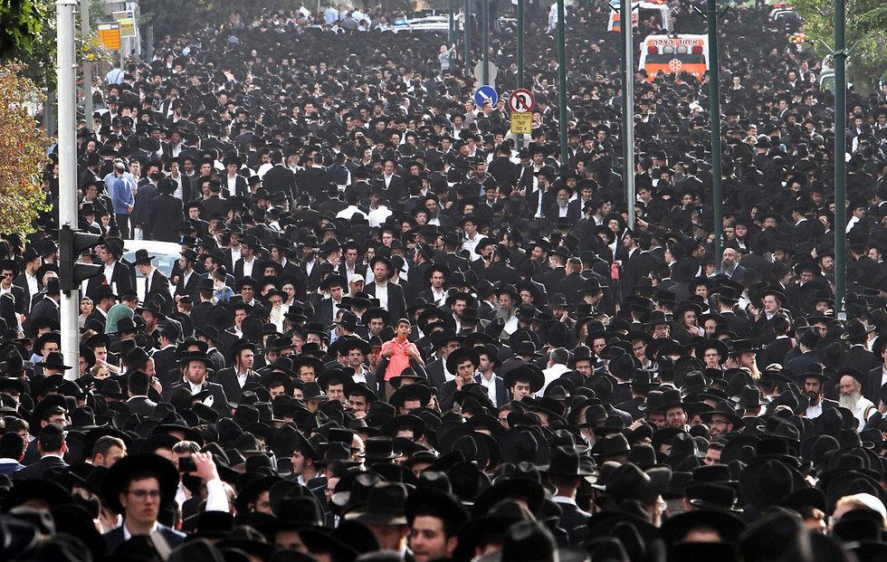 ההמונים הגיעו לחלוק כבוד אחרון (צילום: AFP) (צילום: AFP)