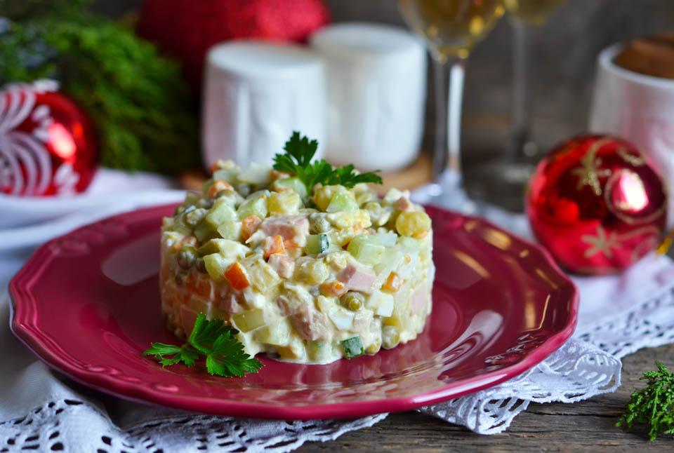Башенка из оливье. Фото: Shutterstock.com