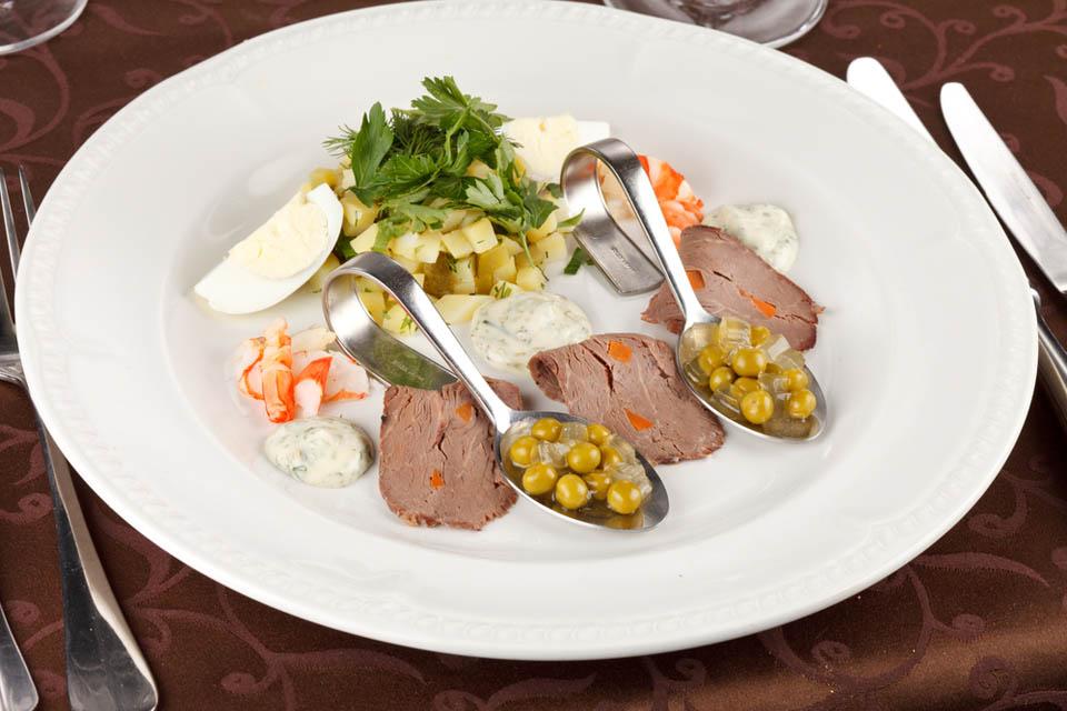 Разобранный салат в ложке. Фото: Shutterstock.com