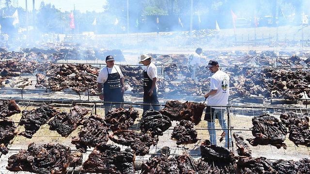 200 טבחים, 60 טונות עץ. ארוחת הברביקיו הענקית (צילום: AFP) (צילום: AFP)