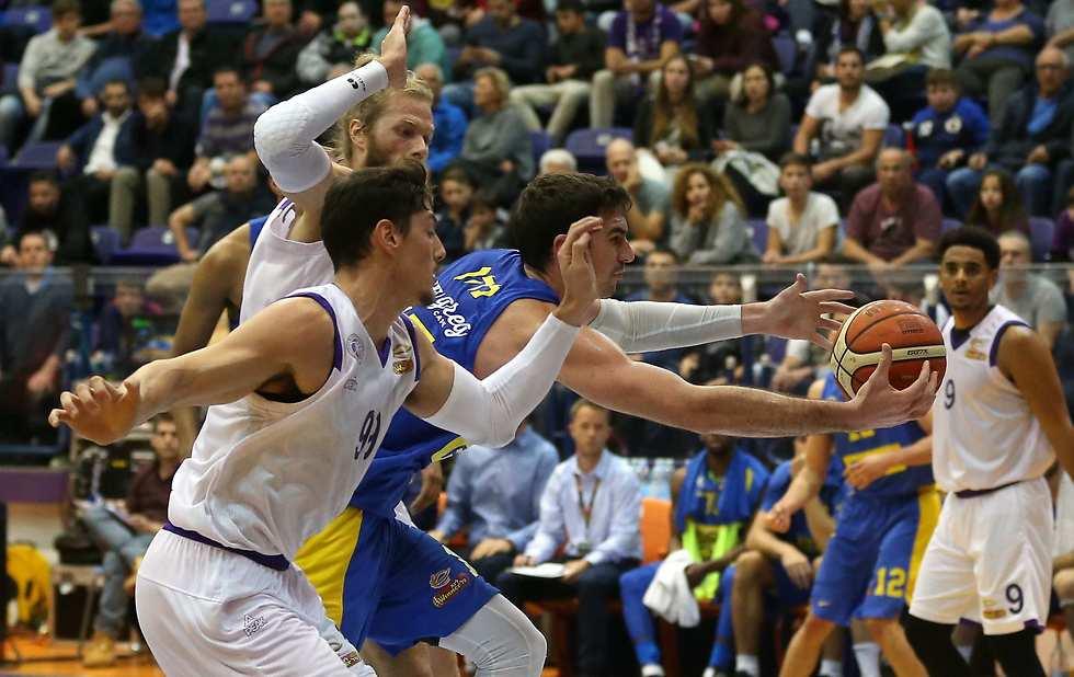 יפתח זיו מנסה לעצור את ג'ייק כהן (צילום: אלעד גרשגורן) (צילום: אלעד גרשגורן)