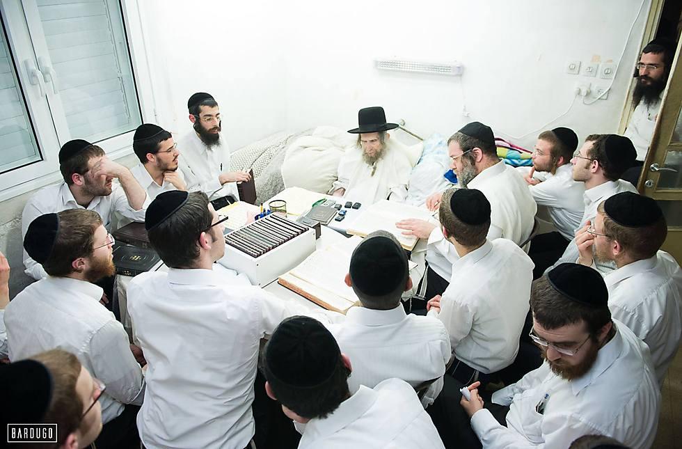 הרב במיטתו - והתלמידים מתאמצים שלא לפספס מילה (צילום: ישראל ברדוגו) (צילום: ישראל ברדוגו)