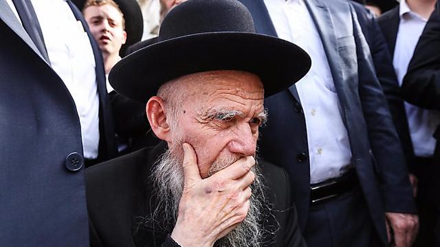 """הרב גרשון אדלשטיין בהלוויית הרב שטיינמן. היחיד שהספיד (צילום: שלומי כהן, """"כיכר השבת"""") (צילום: שלומי כהן,"""
