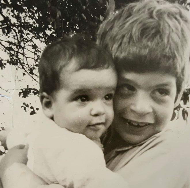 """עם אחיה הבכור, אלי ז""""ל. """"טרקטור פגע בו והרג אותו במקום"""" (צילום: אלבום פרטי)"""