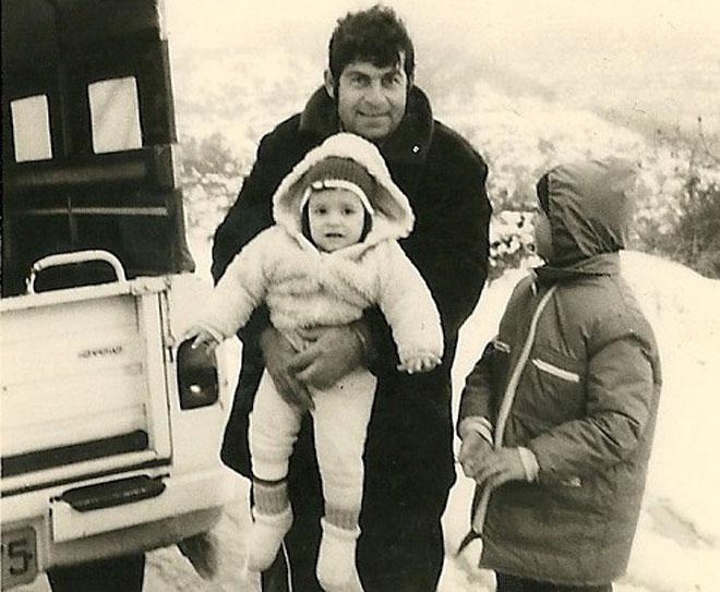 """עם אביה ואחיה אלי. """"המשכנו לצאת לטיולים, הלכנו לחוגים"""" (צילום: אלבום פרטי)"""