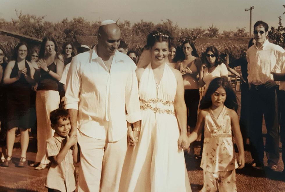 """בחתונה, עם בעלה ניסים ושני ילדיו. """"העובדה שאנחנו עדיין אוהבים מאוד לא מובנת מאליה"""" (צילום: אלבום פרטי)"""