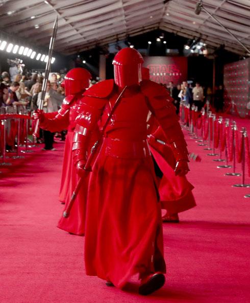 """בטרילוגיה הנוכחית עדכן מעצב התלבושות מייקל קפלן את הקולקציה האפלה בהשראת מעצב האופנה הצרפתי טיירי מוגלר. פרמיירה של """"אחרוני הג'דיי"""", 2017 (צילום: Gettyimages)"""
