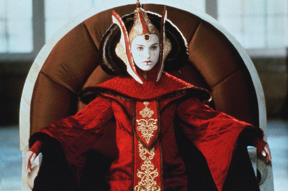 """תלבושת מרובת שכבות שיצירתה עלתה כ-60 אלף דולר, וכללה עבודה של כשישה שבועות. שמלת כס המלכות של נטלי פורטמן בתפקיד פאדמה אמידאלה ב""""אימת הפנטום"""", 1997 (צילום: rex/asap creative)"""
