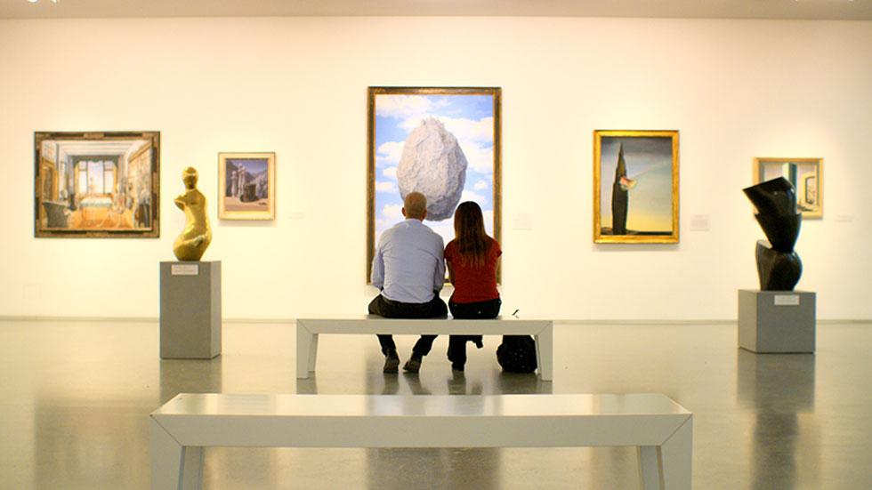 """מול יצירת אמנות, בסרט """"המוזיאון"""". """"לא הייתה לי מודעות לכך שיש מולי מצלמה, שמצלמים אותי""""  (צילום: דניאל קדם, באדיבות בתי קולנוע לב)"""