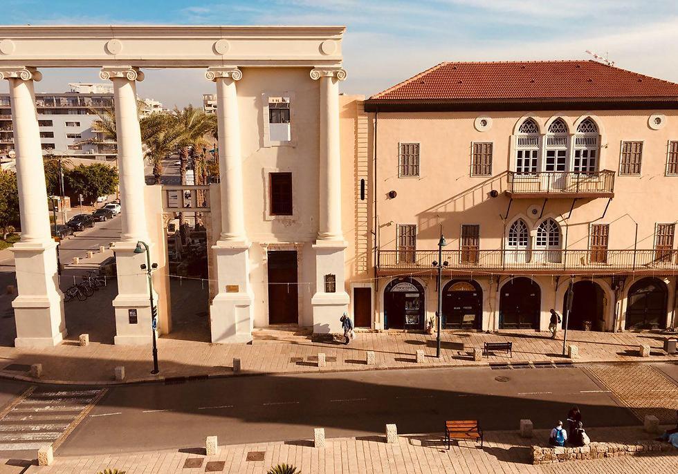 השער שנשאר מבית הסראייה מול מבנה המלון (צילום: שירי הדר) (צילום: שירי הדר)