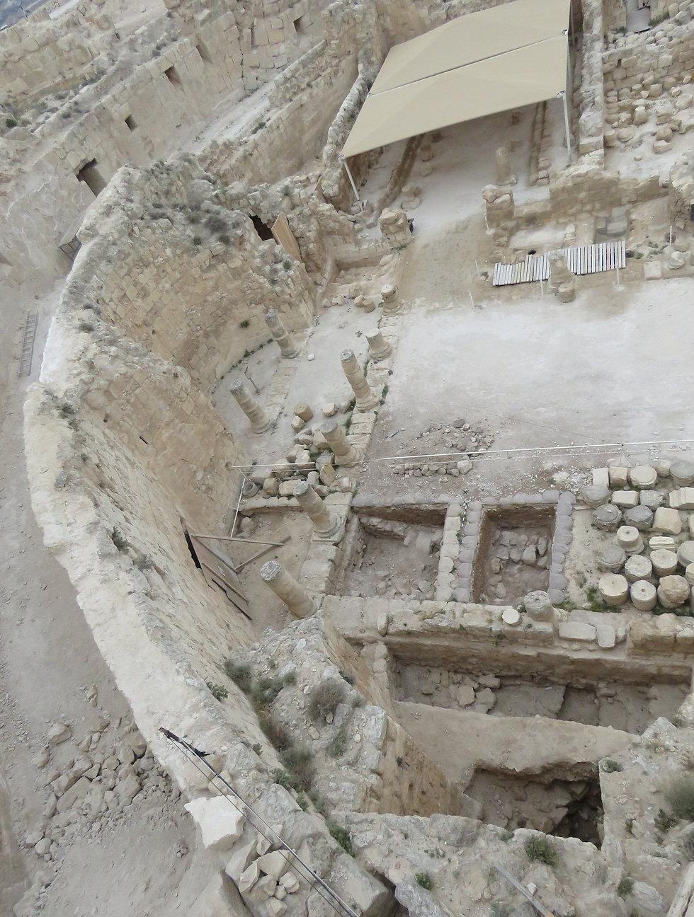 שרידי המבנה מהתקופה ההלניסטית שנמצא בריבועי החפירה תחת רצפת הגן של ארמון הורדוס (צילום: רועי פורת) (צילום: רועי פורת)