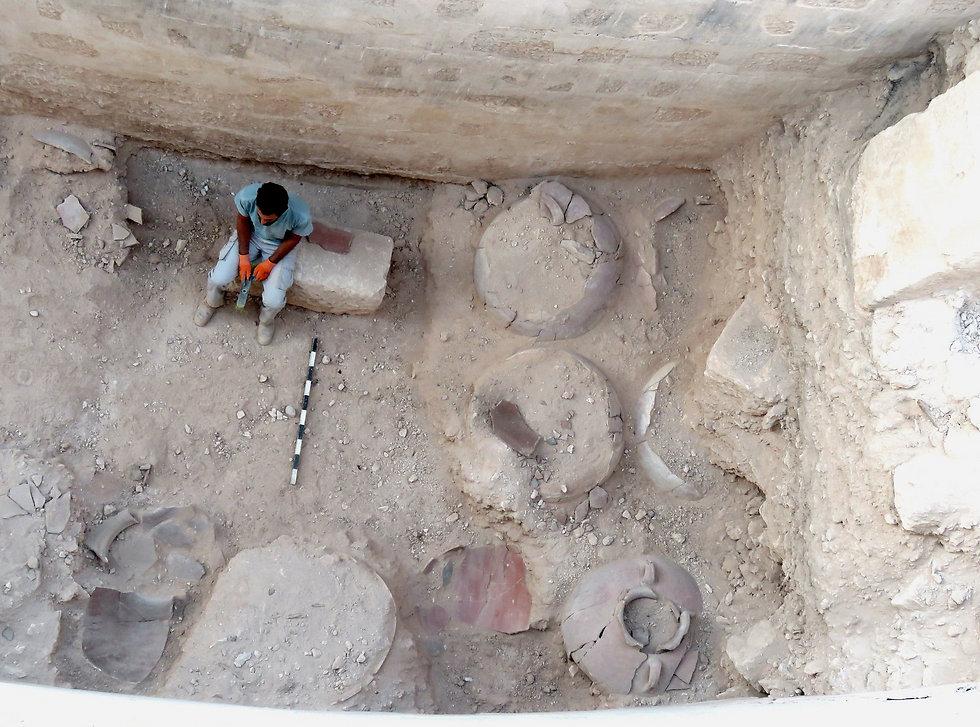 שרידי כלים ששמשו כמיכלי התסיס ביקב, כפי שנמצאו בפרוזדור המעטפת בארמון-מבצר ההר בהרודיון (צילום: רועי פורת) (צילום: רועי פורת)