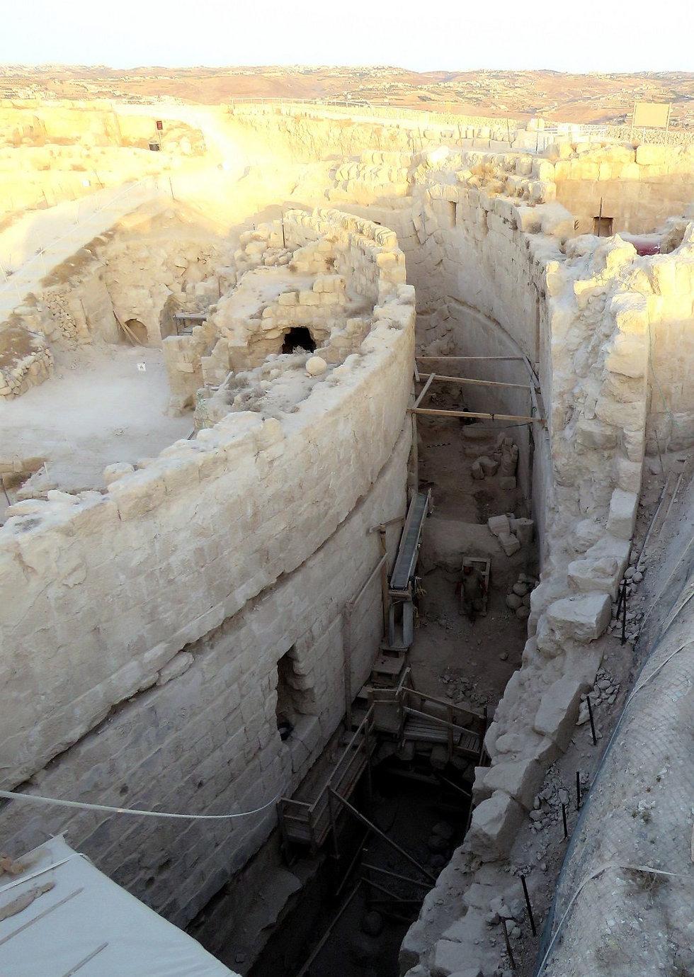 המעטפת של ארמון מבצר ההר בהרודיון, בו נמצאו שרידי היקב של הורדוס (צילום: רועי פורת) (צילום: רועי פורת)