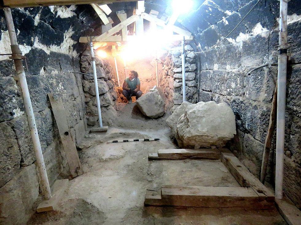 המרתף המקומר שנחשף במסדרון המעטפת. בתוכו שרדו קורות עץ שהותקנו במקום על ידי מורדי בר כוכבא (צילום: רועי פורת) (צילום: רועי פורת)