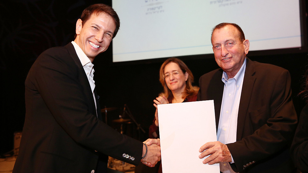 Dr. Bergman (L) receives the Sokolov Award from Tel Aviv Mayor Ron Huldai (Photo: Yael Tzur)