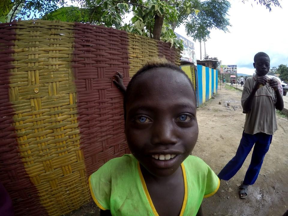 מבט חודר: אחד הילדים בג'ינקה (צילום: יריב ואיילת כץ) (צילום: יריב ואיילת כץ)