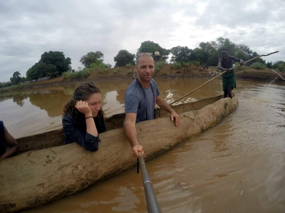 חוצים את נהר האומו בקאנו מגזע עץ בדרך לשבט הדסאנץ (צילום: יריב ואיילת כץ) (צילום: יריב ואיילת כץ)