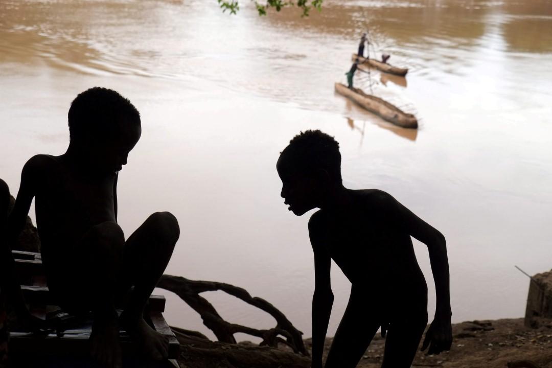 ילדי השבט וברקע סירות הקאנו על נהר האומו (צילום: יריב ואיילת כץ) (צילום: יריב ואיילת כץ)