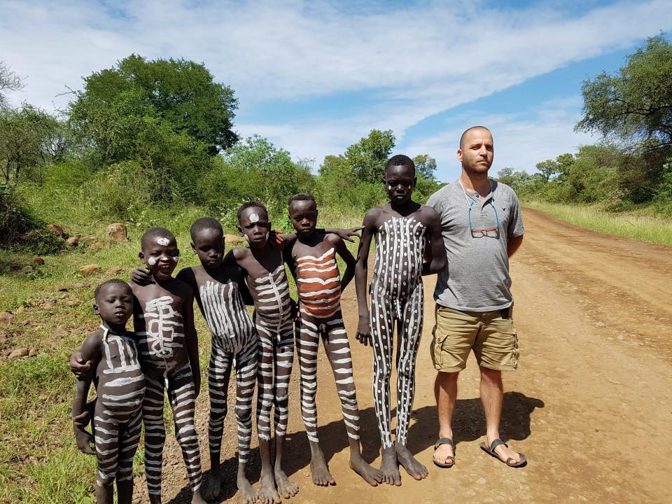 ילדי שבט המורסי במייצג לתיירים בכניסה לכפר (צילום: יריב ואיילת כץ) (צילום: יריב ואיילת כץ)