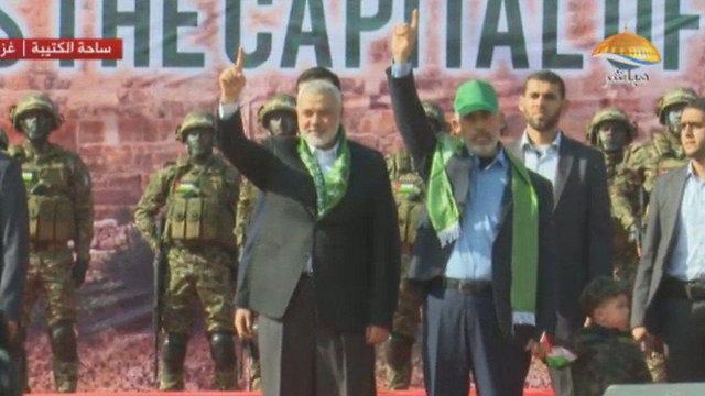 Ismail Haniyeh (L) and Yahya Sinwar