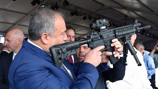 שר הביטחון אביגדור ליברמם מבקר במפעל אלביט בשדרות (צילום: אריאל חרמוני / משרד הביטחון) (צילום: אריאל חרמוני / משרד הביטחון)