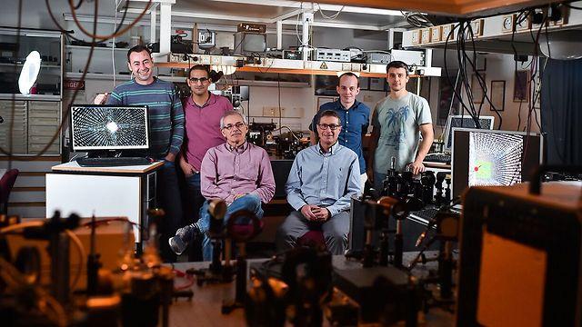 חברי הקבוצה לננואופטיקה בראשותו של פרופ' חסמן השותפים למחקר. מימין לשמאל: ארקדי פאירמן, מיכאל ינאי, פרופ' ארז חסמן, דר' ולדימיר קליינר, אלחנן מגיד ואיגור יולביץ (צילום : ניצן זוהר, דוברות הטכניון) (צילום : ניצן זוהר, דוברות הטכניון)