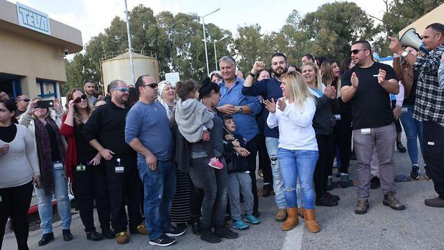 Teva employees protest lay offs outside the Kiryat Shmona factory (Photo: Avihu Shapira)
