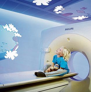 מכונת MRI לילדים עם סרטון וידיאו. היצירתיות העיצובית פתרה את הבעיה