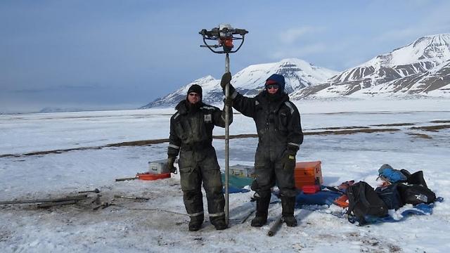 החוקרים בודקים את הקרקע (צילום: דותן רותם) (צילום: דותן רותם)