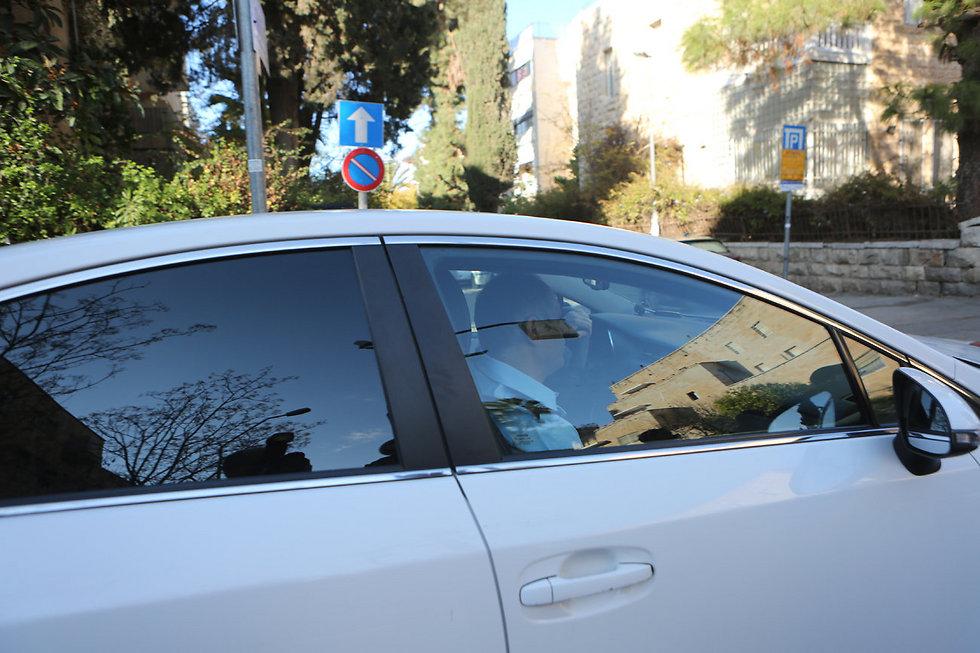 חוקרים מגיעים לבית ראש הממשלה בדצמבר האחרון (צילום: אלכס קולומויסקי) (צילום: אלכס קולומויסקי)