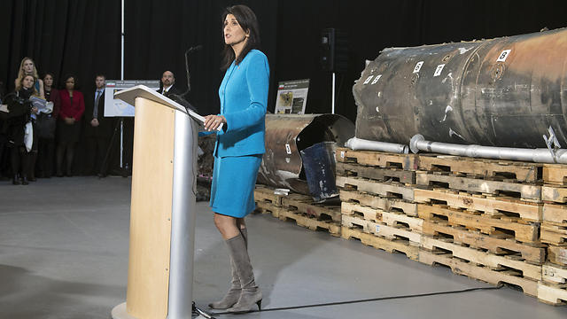 Nikki Haley presents pieces of missile fired at Saudi Arabia (Photo: EPA)