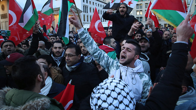 Turkish and Palestinian flags in a Berlin protest (Photo: Getty Images)