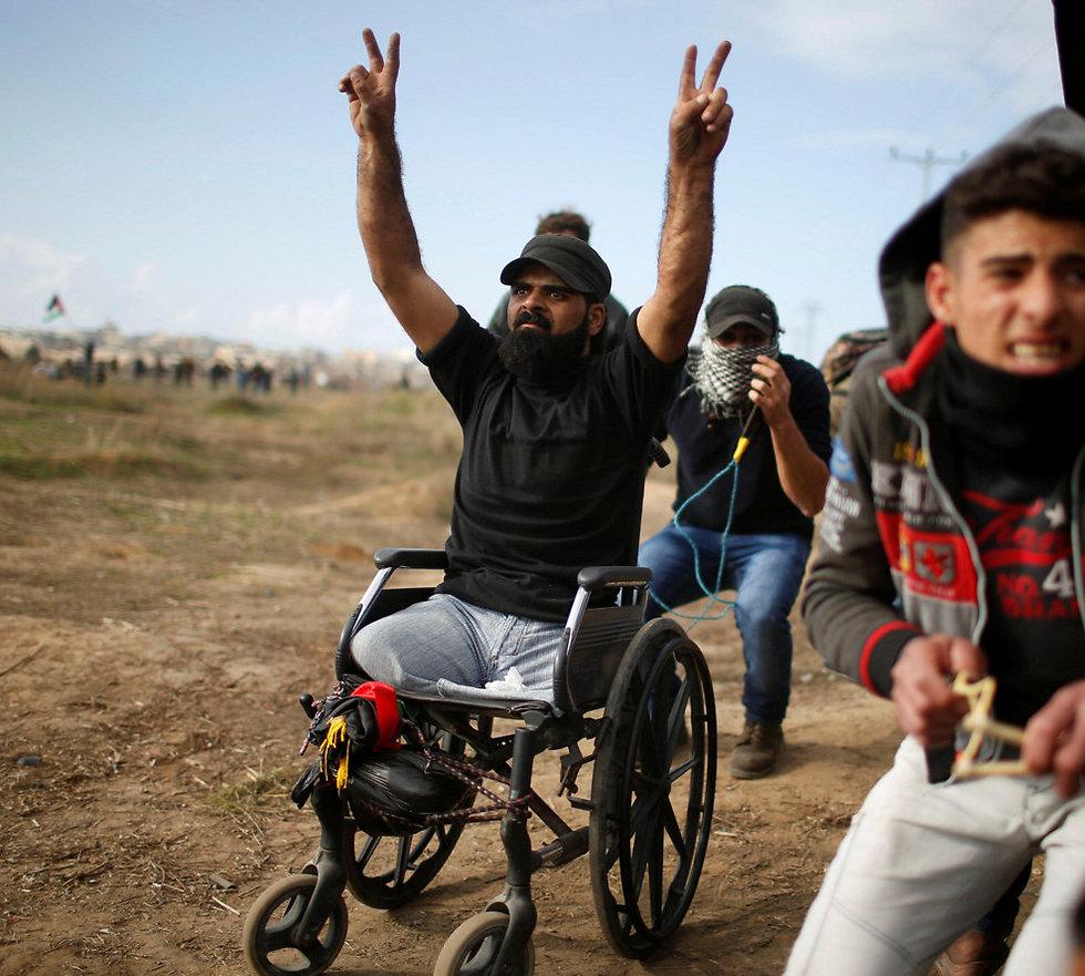"""בכיסא הגלגלים - אחד משני ההרוגים משני צה""""ל בגבול עזה (צילום: רויטרס) (צילום: רויטרס)"""