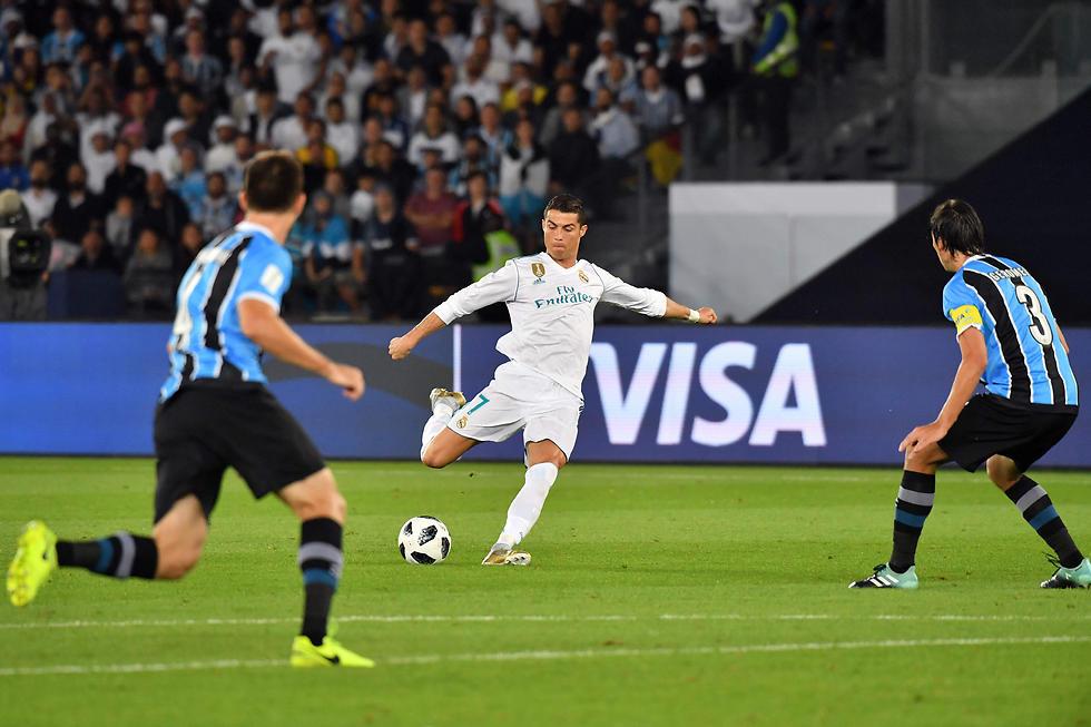 כריסטיאנו רונאלדו מנסה מרחוק (צילום: AFP) (צילום: AFP)