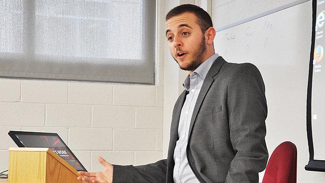 """""""דורשים החמרה בטיפול המשטרתי והמשפטי לפשעי שנאה"""". עופר ארז (צילום: Philadelphia Gay News) (צילום: Philadelphia Gay News)"""