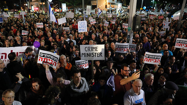 Anti-corruption protest at Tel Aviv's Rothschild Boulevard. The general atmosphere prevents me from being there (Photo: EPA)